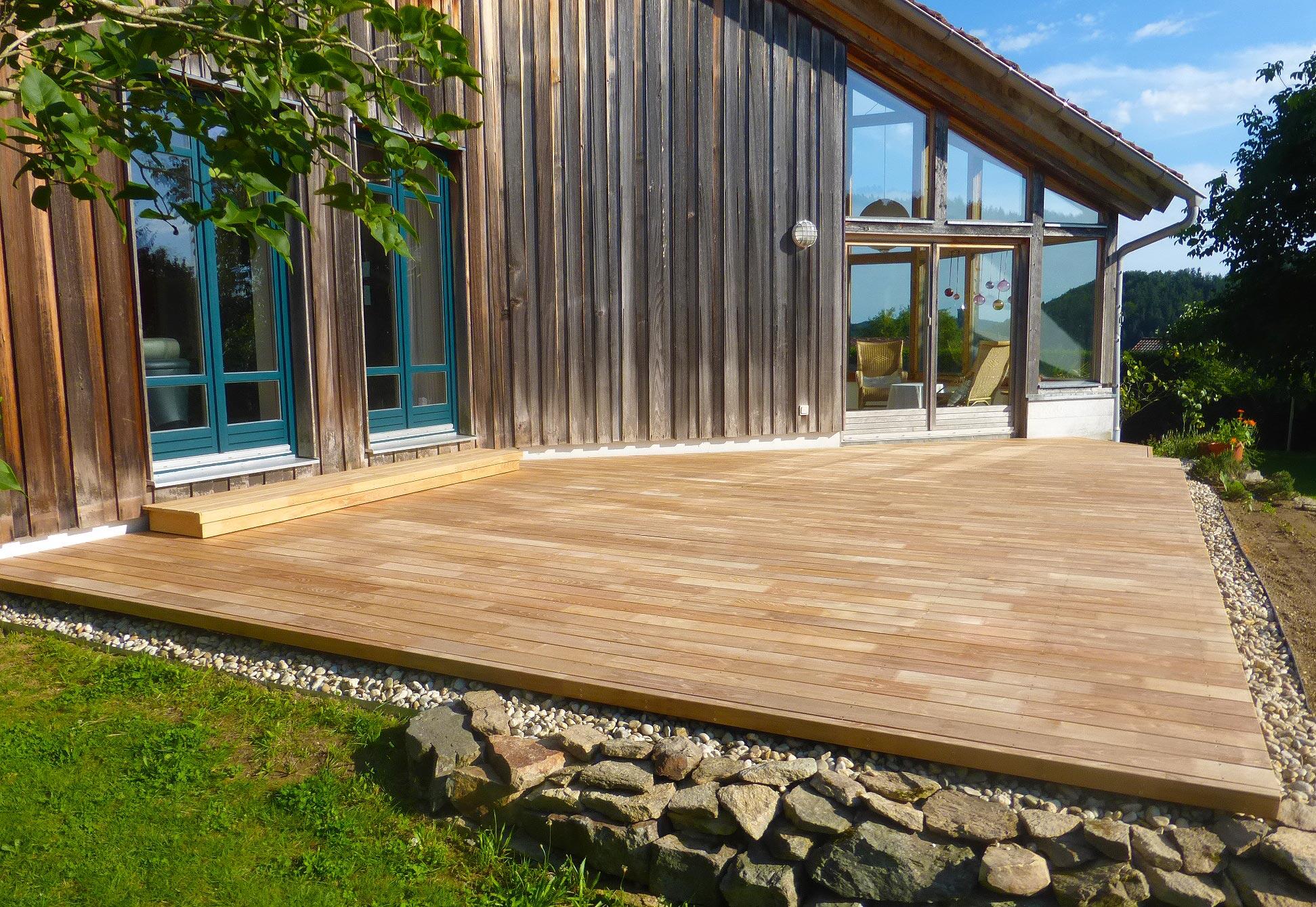Holzhaus mit Terrasse aus Robinienholz.