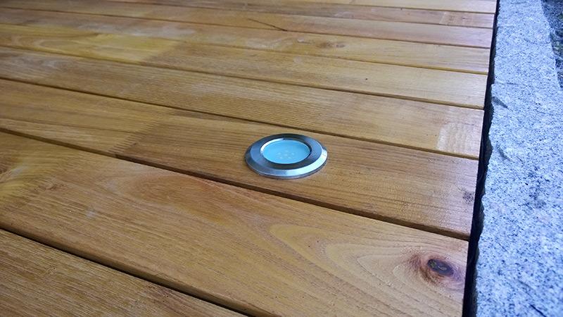 Eingebaute LED-Spots für romantische Urlaubsatmosphäre auf ihrer Luxus-Terrasse