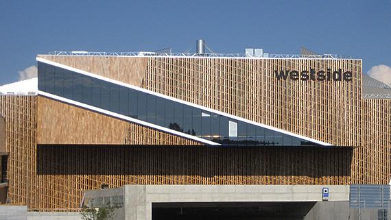 Fassade des Westside in Bern aus Robinie.