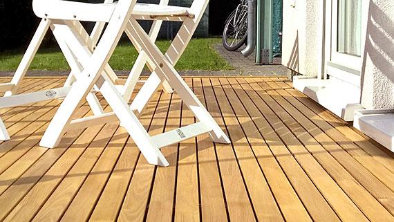 Eine Terrasse aus 50mm breiten Robiniendielen.