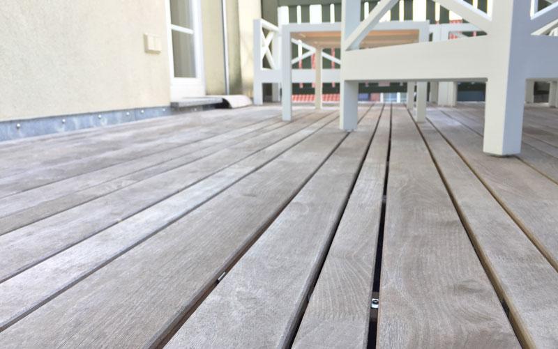 Vergraute Patina einer Terrasse aus Robinie