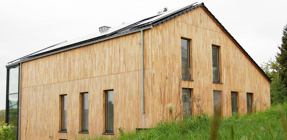 Terrasse aus Robinienholz im bayrischen Wald.
