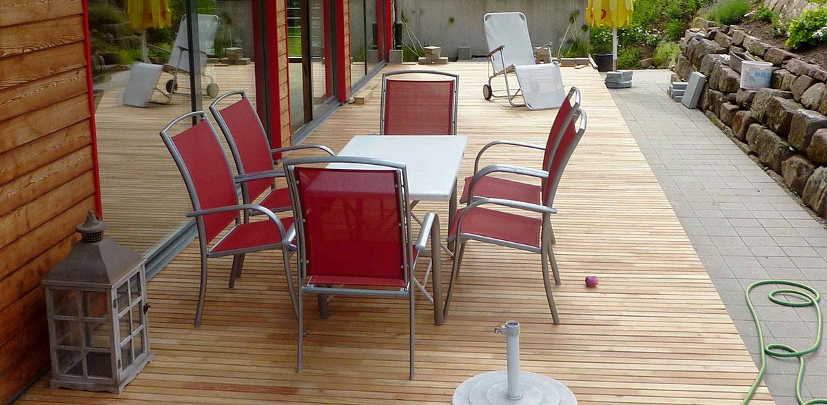 Terrasse aus Robinienholz im Allgäu.