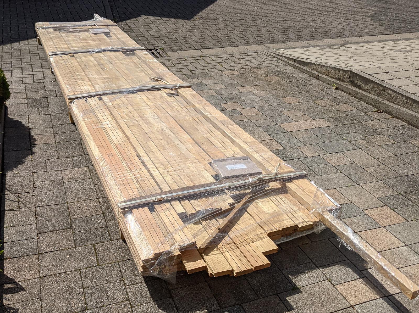 Anlieferung Ihres Pakets mit dem Robinienholz