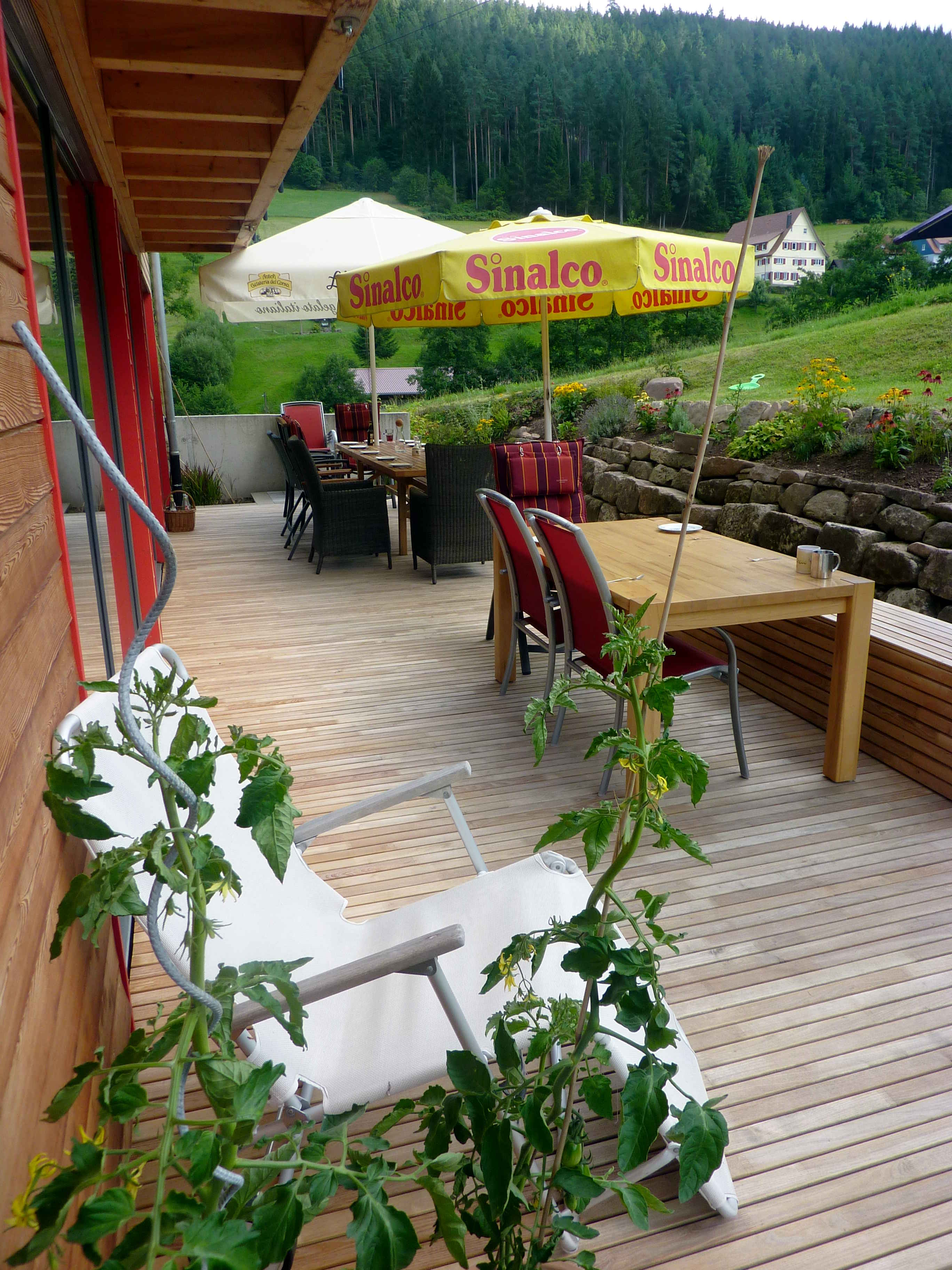 Wunderschöne Terrasse aus Robinie im Allgäu