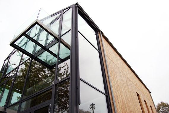 Robinienholz,  Glas und Stahl raffiniert miteinander kombiniert.