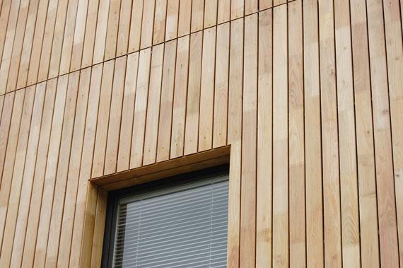 Unsichtbare Verschraubung der Fassade mit Robinienholz