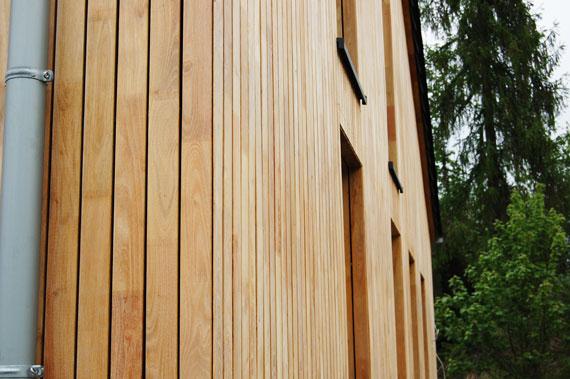 Hochwertig verarbeitetes Fassadenholz aus Robinie.