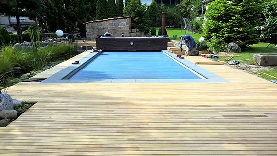 Poolumrandung gebaut aus Terrassendielen aus Robinie.