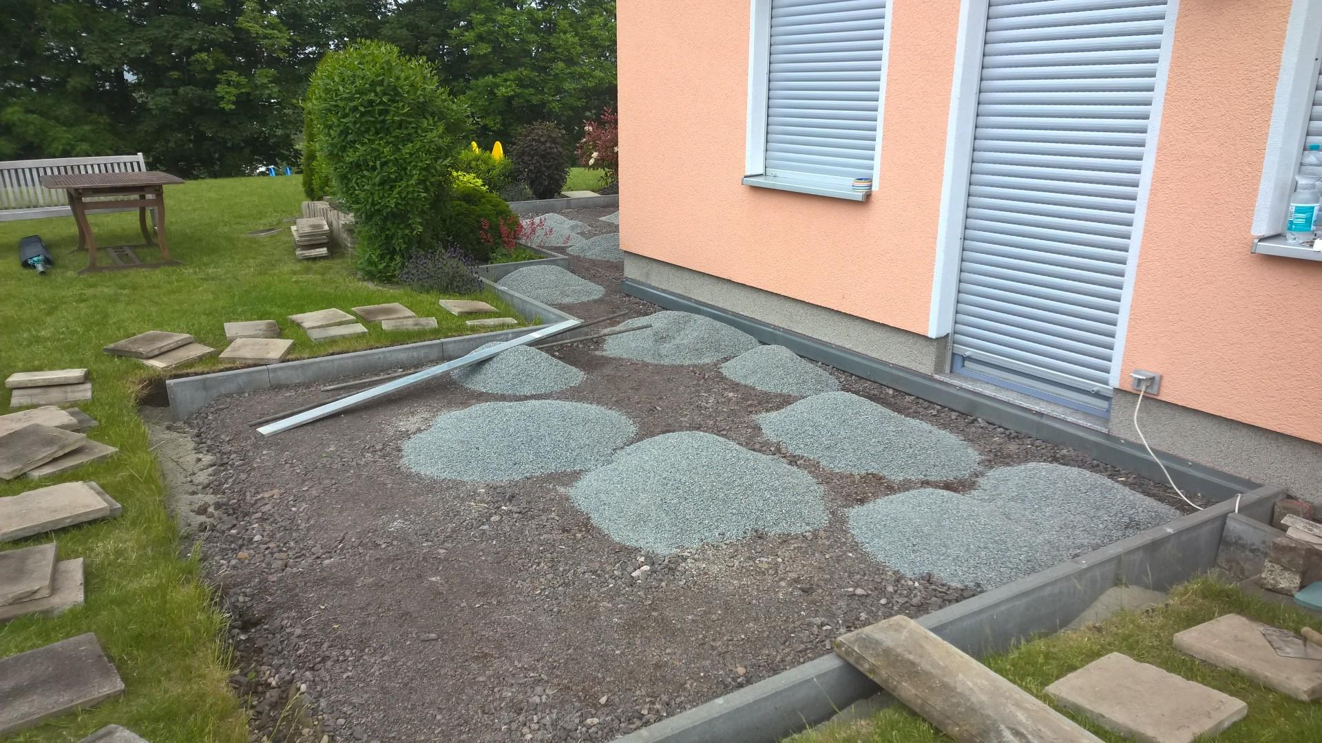 Vorbereiten des Unterbaus der Robinien-Terrasse.