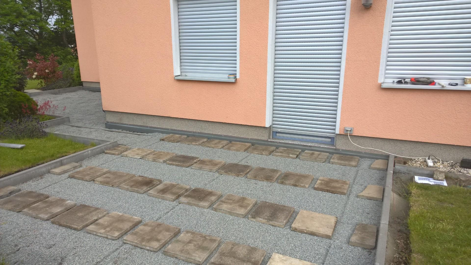 Verlegen der Betonplatten auf Splittbett